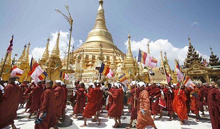 Les bouddhistes au Myanmar.
